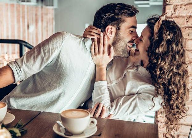 What do self-confident women expect in the relationship?