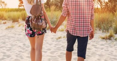 How do you hold hands? THAT says it about your relationship!